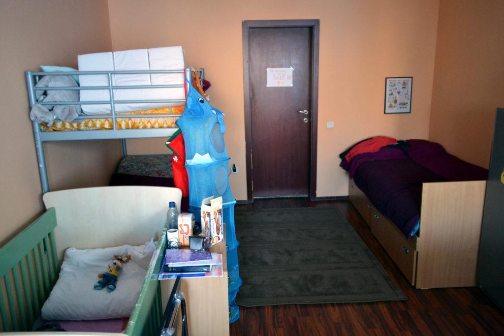 Aşa arată o cameră din centrul maternal Casa Agar. Mamele dorm în paturi supraetajate, iar bebeluşii în pătuţuri special amenajate pentru ei.