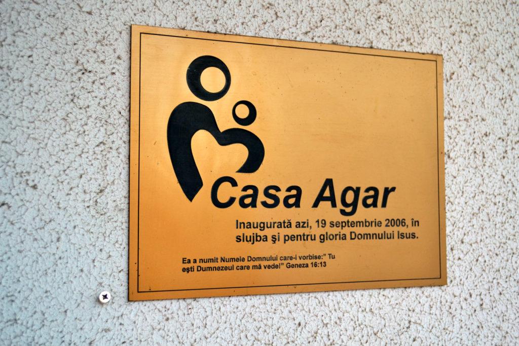Contextul social actual din România încurajează multe din tinerele mămici să își abandoneze nou-născuții în spitale și nu numai. Acest context, dezvoltat pe baza sărăciei, a lipsei de informație și de experiență, face mamele să fie gata sa renunțe la copiii lor, asemeni lui Agar, slujnica patriarhului Avram din Vechiul Testament.